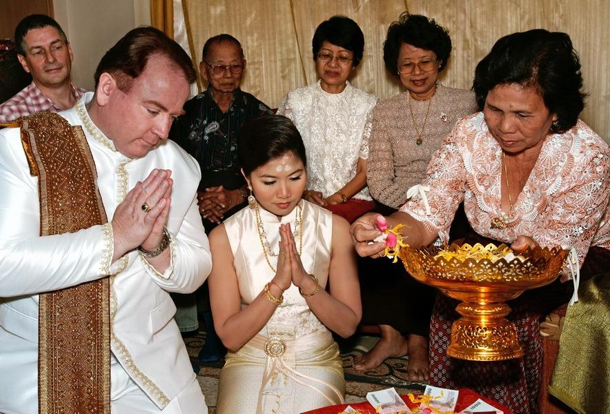 bride and groom traditional ceremony bangkok