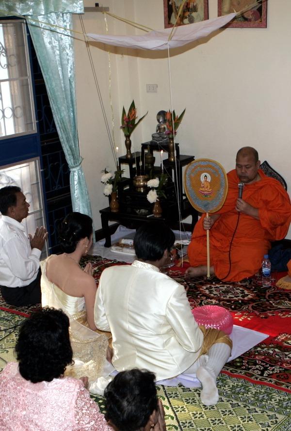 traditional thai photographer engagement